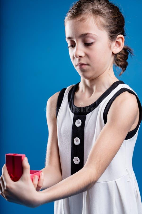 Dziewczyna otrzymywa niewątpliwie mylnego prezent fotografia stock