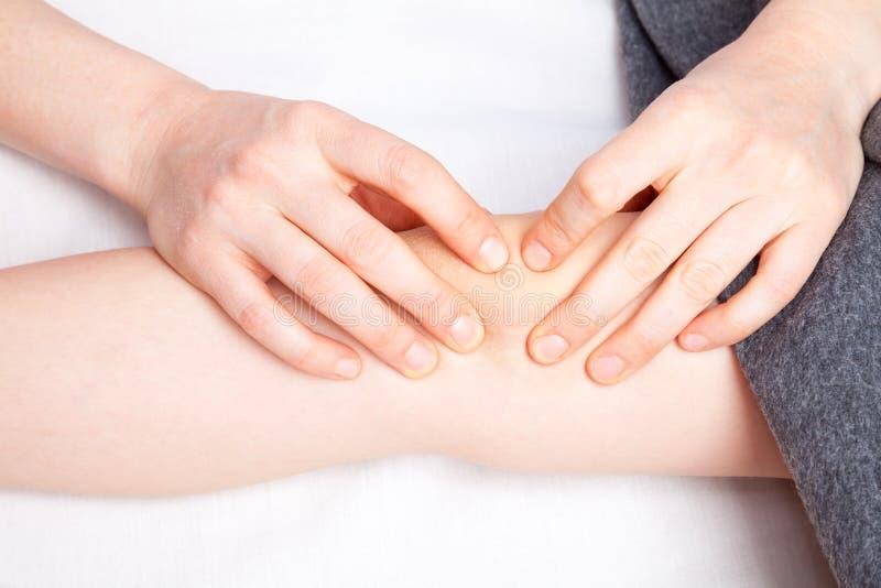 Dziewczyna otrzymywa osteopathic traktowanie jej kolano obrazy stock