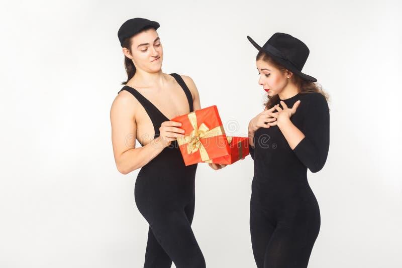 Dziewczyna otrzymywa prezent urodzinowego od młodego dorosłego mężczyzna zdjęcia stock