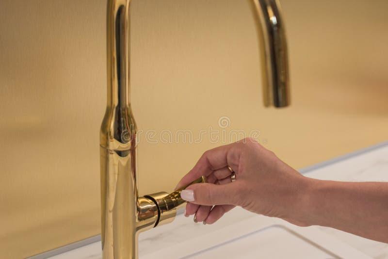 Dziewczyna otwiera faucet dla myć ręki obrazy royalty free