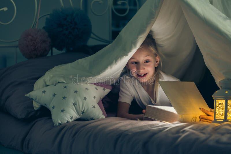 Dziewczyna otwiera książkę obraz stock