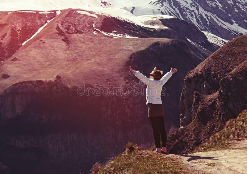 Dziewczyna outdoors w georgian górach obrazy stock