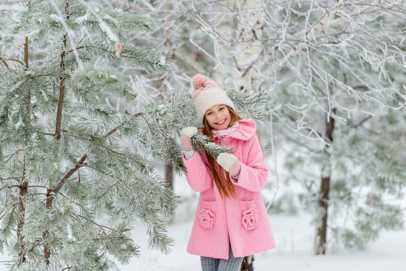 Dziewczyna outside w zimie blisko choinki fotografia stock