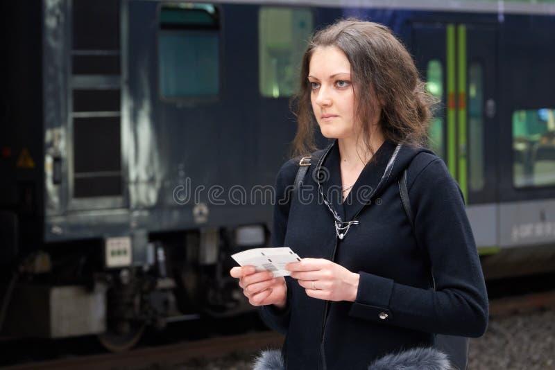 Dziewczyna pasażer z biletem w ręki czekaniu dla pociągu Kobieta podróżuje samotnie zdjęcie stock