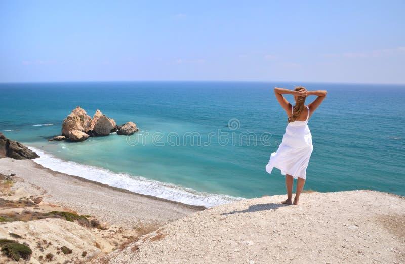 Dziewczyna patrzeje morze, Cypr fotografia stock