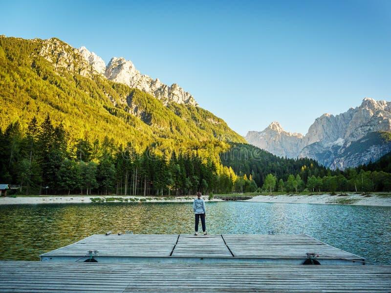 Dziewczyna patrzeje nad Kranjska Gora jeziorem w góry, Slovenia fotografia royalty free