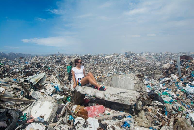 Dziewczyna patrzeje stronę wśród gór grat przy śmieciarskim usypem fotografia stock