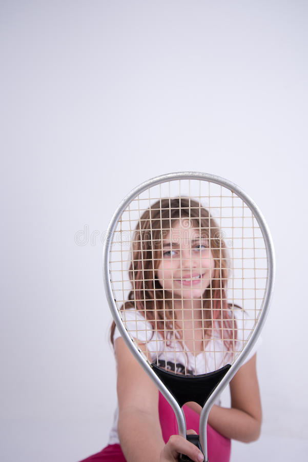 Dziewczyna patrzeje szczęśliwy z tenisowym kantem zdjęcia royalty free
