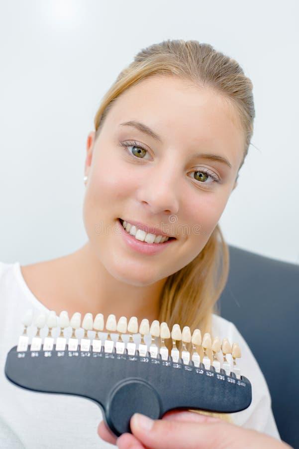 Dziewczyna patrzeje sztucznych zęby obrazy royalty free