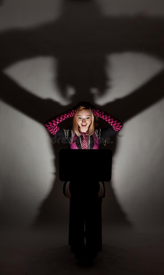 Download Dziewczyna Patrzeje W Laptopie Obraz Stock - Obraz złożonej z dyplom, expertise: 28952383
