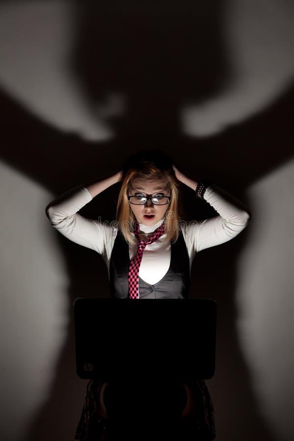 Download Dziewczyna Patrzeje W Laptopie Zdjęcie Stock - Obraz złożonej z czarodziejka, preschooler: 28952396