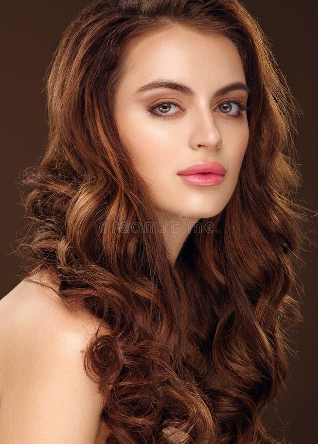 dziewczyna piękny włosy tęsk falisty Rudzielec dziewczyna z kędzierzawym włosy zdjęcia royalty free