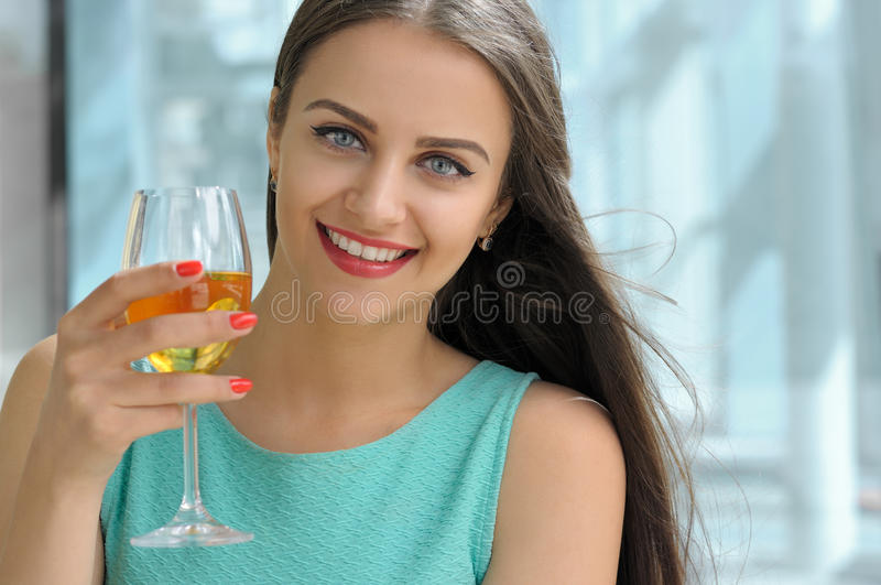 Dziewczyna pije białego wino i ono uśmiecha się obraz stock