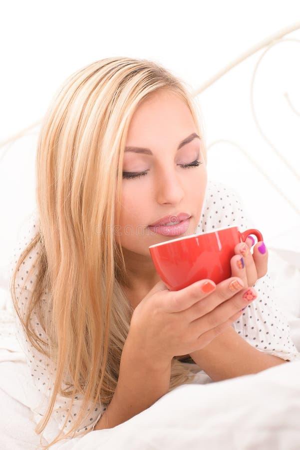 Dziewczyna pije jej ranek kawę obraz stock