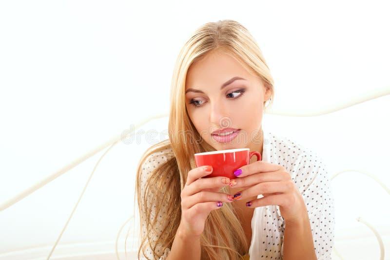 Dziewczyna pije jej ranek kawę obraz royalty free