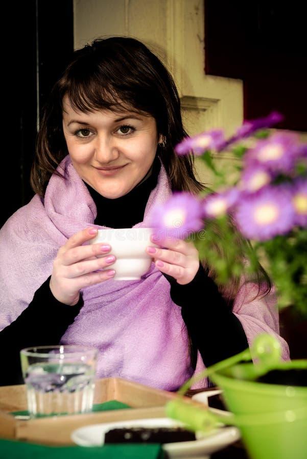 Dziewczyna pije kawę w plenerowej kawiarni obraz royalty free