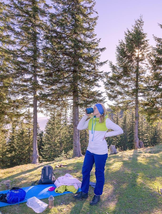 Dziewczyna pije ranek kawę w naturze Ranek kawa w górach obraz royalty free