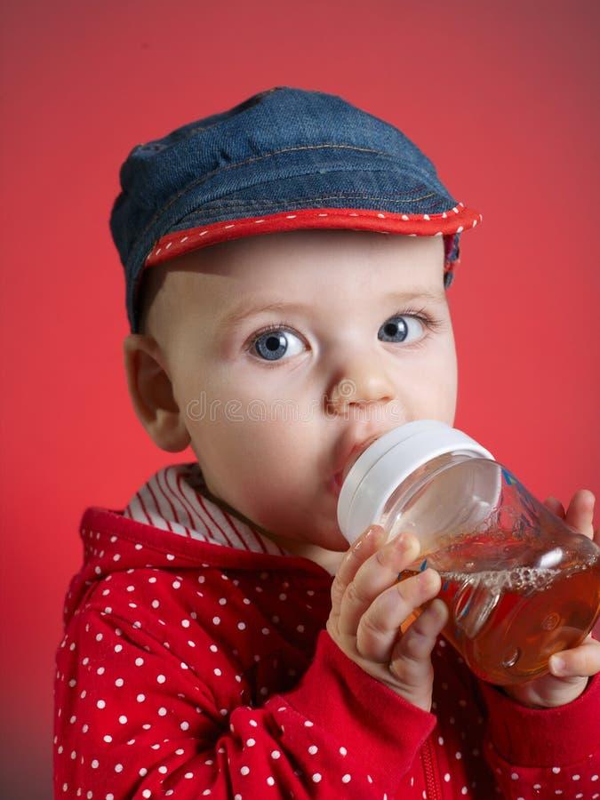Dziewczyna pije sok od butelki obraz stock