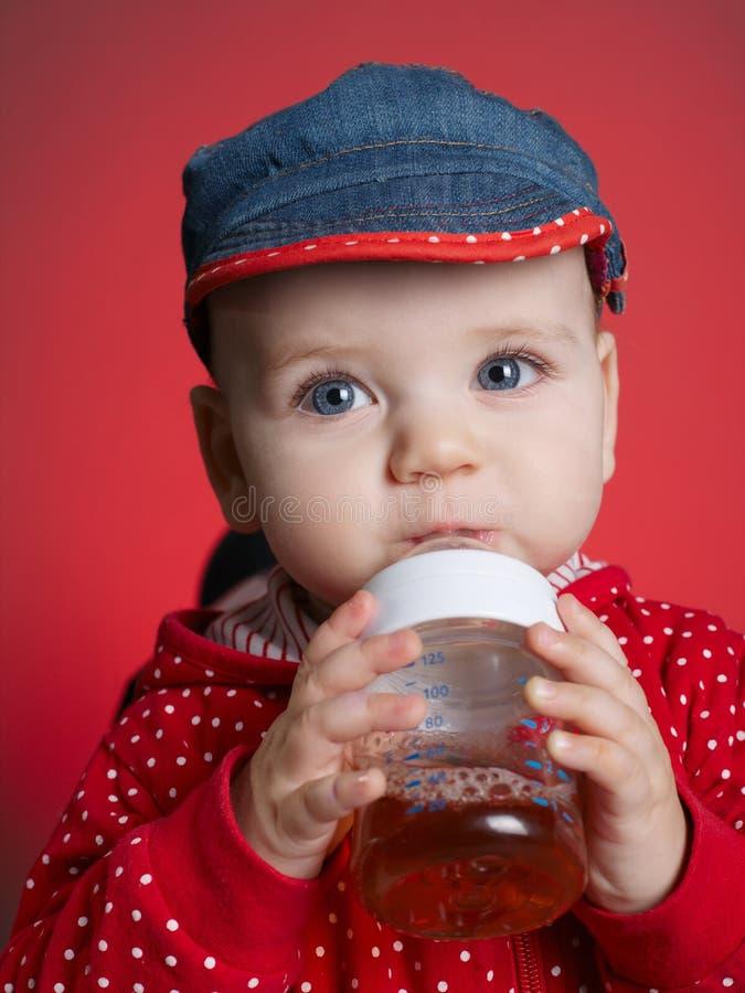 Dziewczyna pije sok od butelki zdjęcia stock