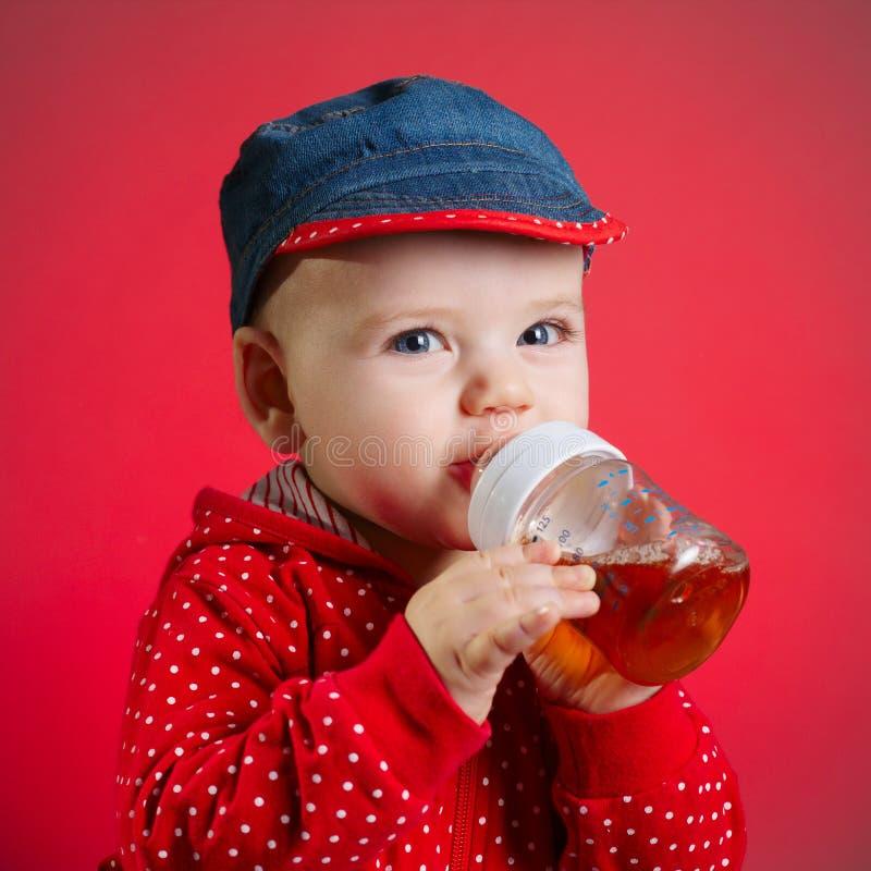 Dziewczyna pije sok od butelki obrazy royalty free