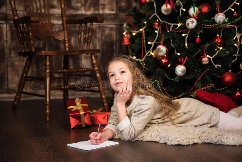 Dziewczyna pisze liście Santa fotografia royalty free