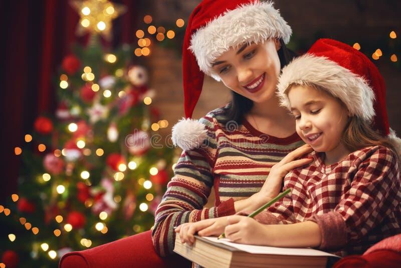 Dziewczyna pisze liście Santa zdjęcie royalty free