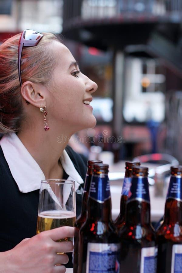 Download Dziewczyna piwa obraz stock. Obraz złożonej z przyjaciel - 127061