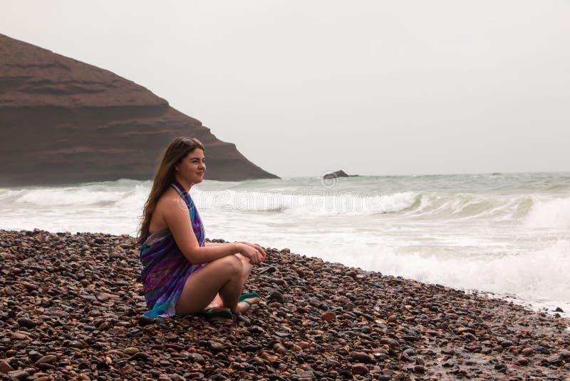 Dziewczyna, plaża i morze w chmurnym dniu, fotografia stock