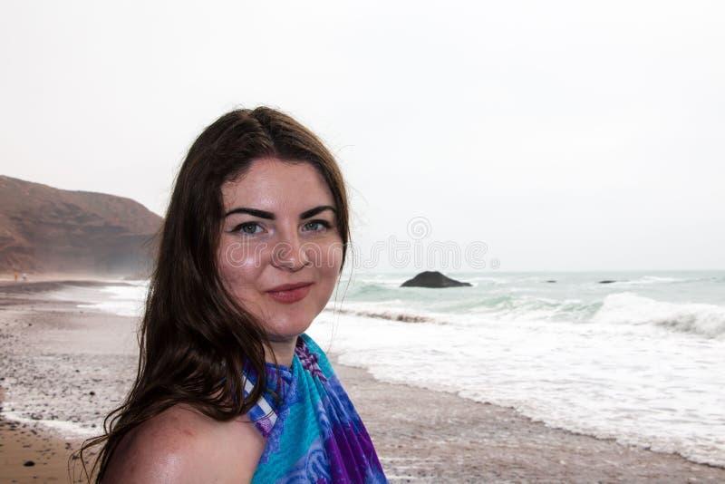 Dziewczyna, plaża i morze w chmurnym dniu, fotografia royalty free