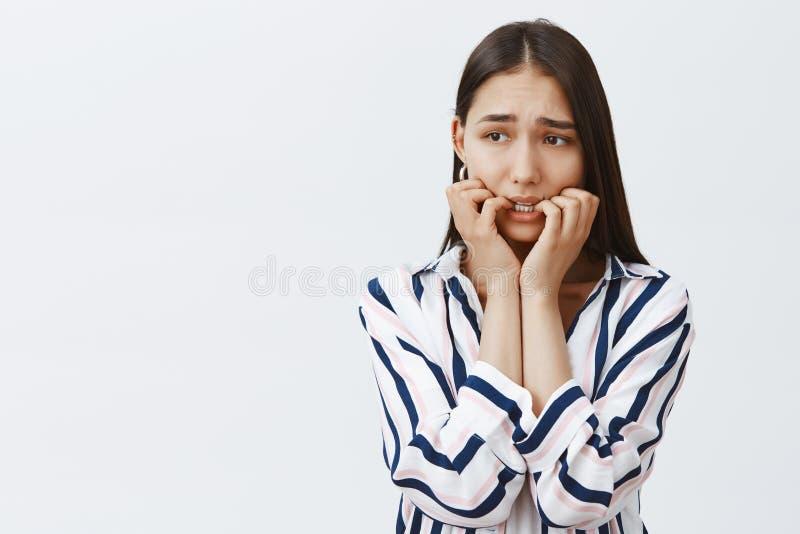 Dziewczyna poświadczał przestępstwo, czuć niespokojny i przestraszony Portret niewinnie ponuractwo i nerwowa kobieta w modnym odz zdjęcie stock