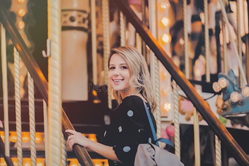 Dziewczyna pobyt w wesoło iść round carousel zdjęcia stock
