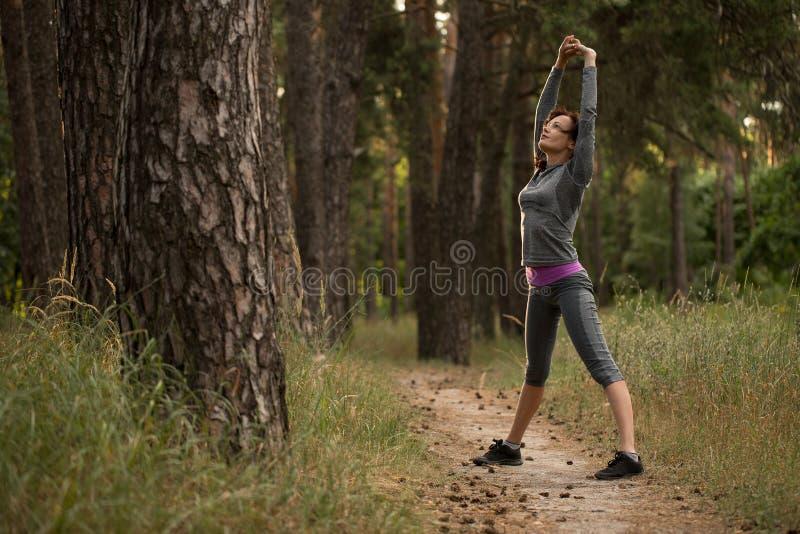 Dziewczyna pochłania sporty w naturze zdjęcie royalty free