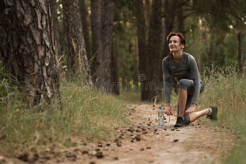 Dziewczyna pochłania sporty w naturze obraz stock