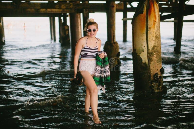 Dziewczyna pod molem na plaży obraz royalty free
