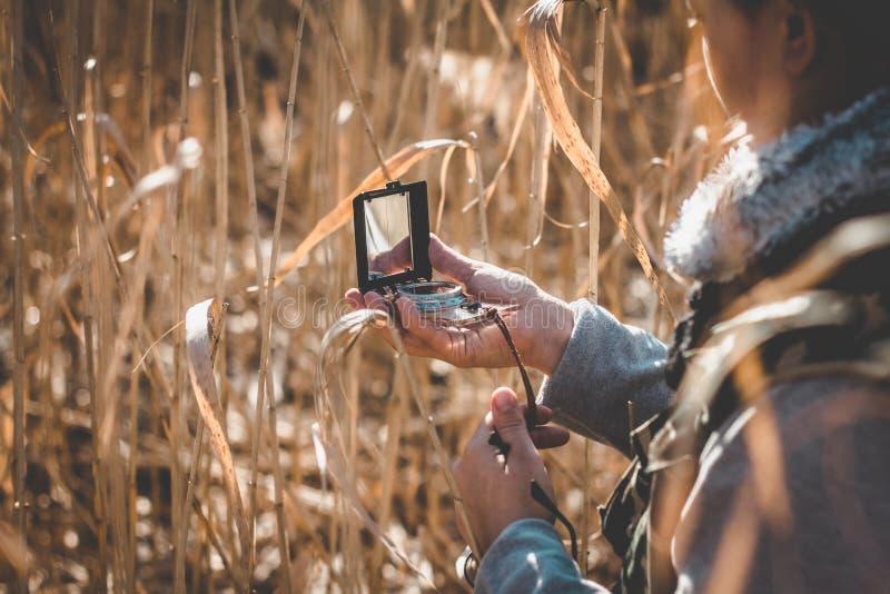 Dziewczyna podróżnik patrzeje kompas fotografia royalty free