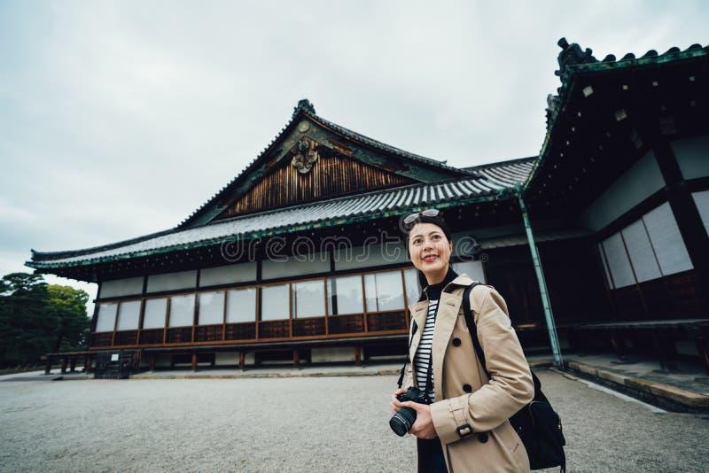 Dziewczyna podróżnik w nijo jo w wiosna wakacjach obraz stock