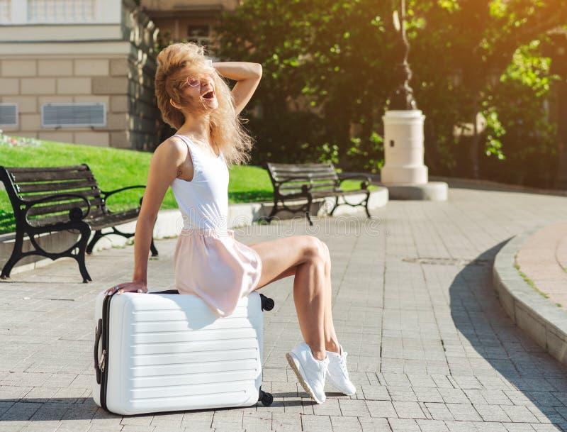 Dziewczyna podróżnik z białą walizką obraz royalty free