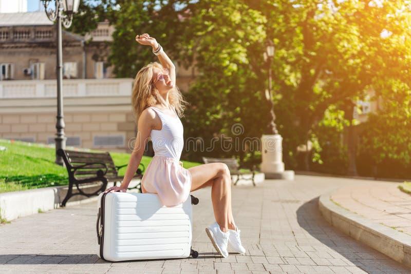 Dziewczyna podróżnik z białą walizką zdjęcia royalty free