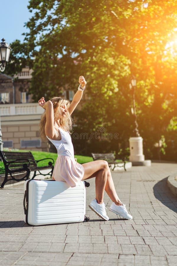 Dziewczyna podróżnik z białą walizką fotografia royalty free