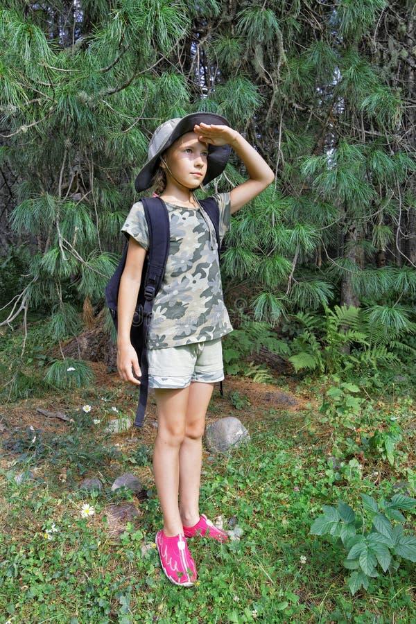 Dziewczyna podróżuje przez tajgi obraz stock