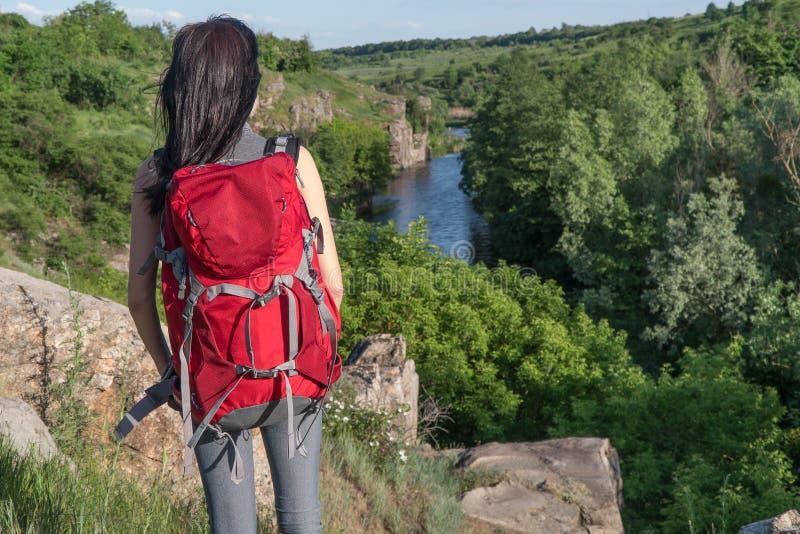 Dziewczyna podróżuje dziewczyna z dużym plecakiem plecak turystyczny obraz stock