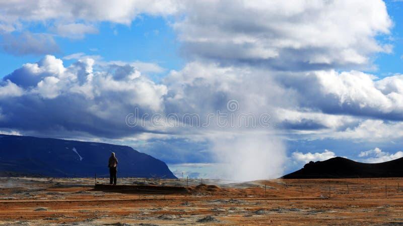 Dziewczyna podziwia Namafjall geotermicznego teren obrazy royalty free