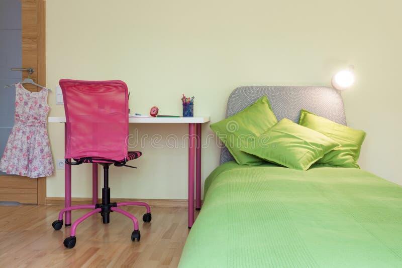 Dziewczyna pokój z kolor żółty ścianą fotografia royalty free