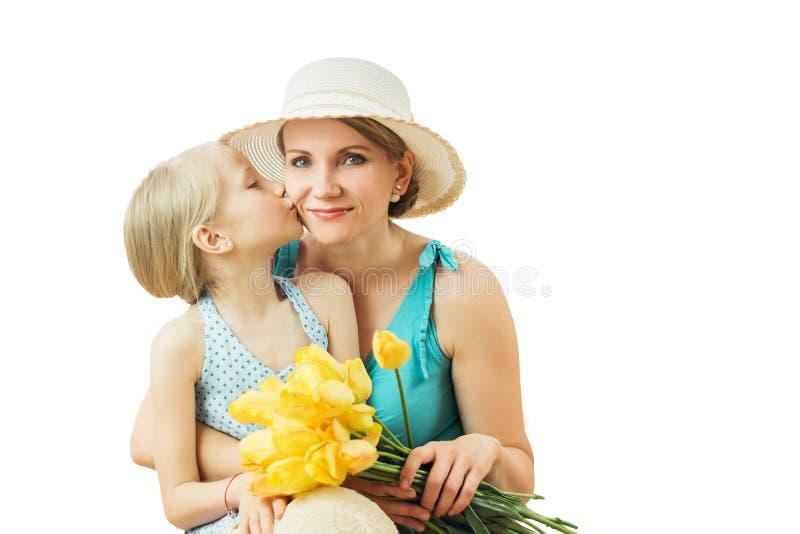 Dziewczyna pokazuje co kocha jego matki odizolowywającej na białym tle zdjęcia royalty free