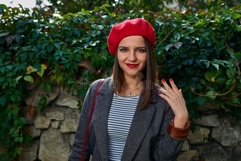 Dziewczyna pokazuje czerwień gwoździe zdjęcia royalty free