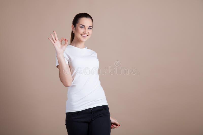 Dziewczyna pokazuje dwa i cztery ręki zdjęcie stock
