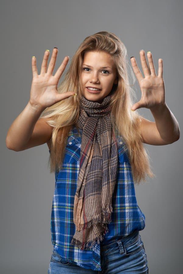 Dziewczyna pokazuje dziesięć palców zdjęcia royalty free