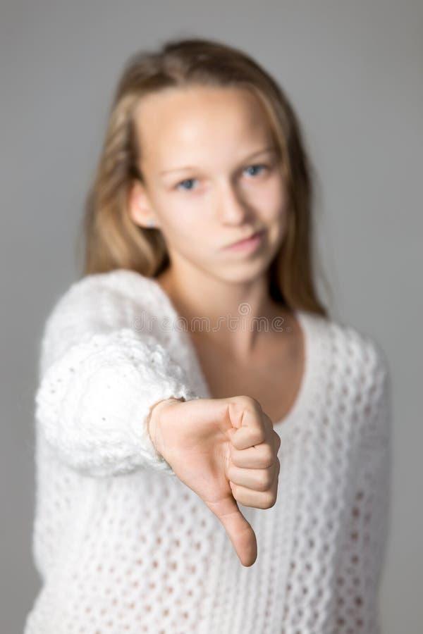 Dziewczyna pokazuje kciuki zestrzela fotografia royalty free