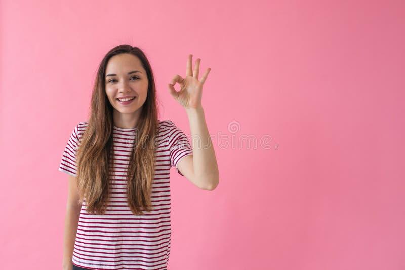 Dziewczyna pokazuje znaka Ok zdjęcia stock