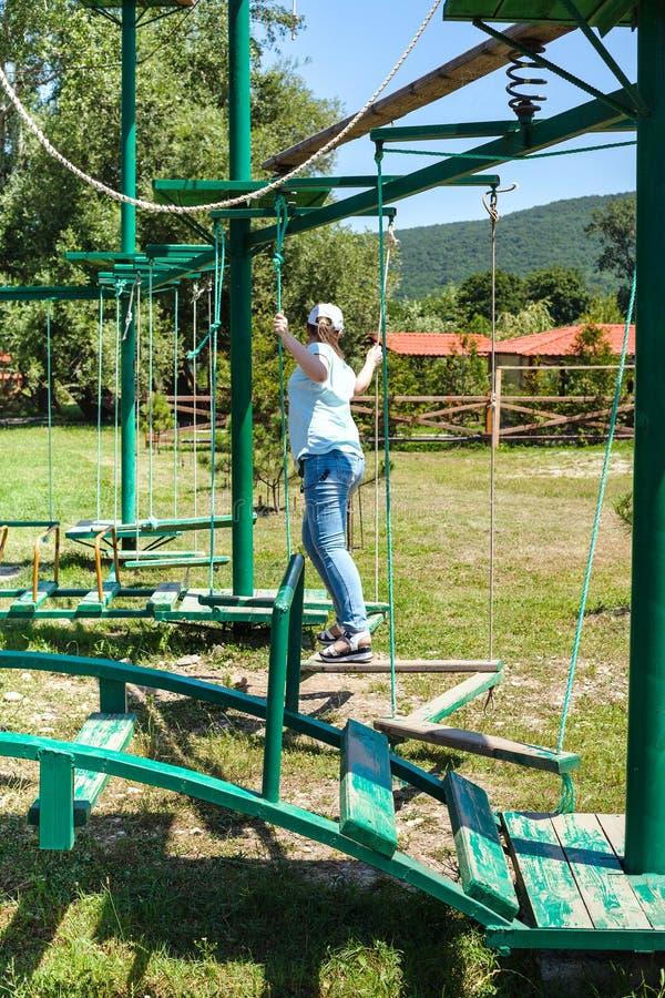 Dziewczyna pokonuje plenerowego przeszkoda kurs obrazy stock